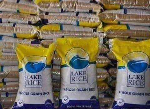 (VIDEO) Nigerians ignore COVID-19 safety warning to struggle for govt relief rice