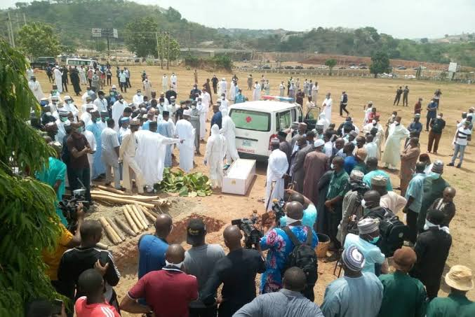 [VIDEO] Abba Kyari: Undertaker caught dumping protective gown carelessly at funeral