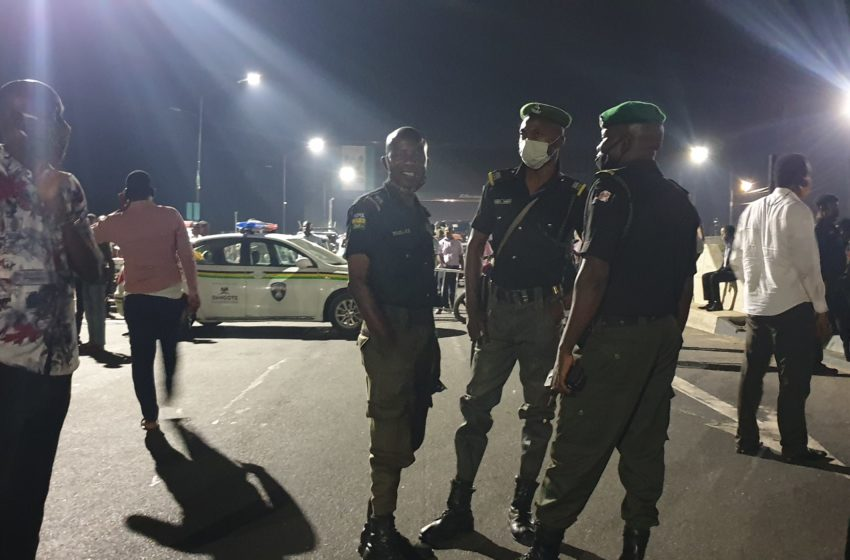 [VIDEO] Curfew order: Lagos stranded motorists forcefully removed police barricades