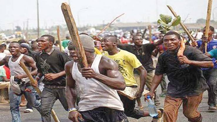 Mob Beats Alleged Kidnapper To Pulp In Lagos